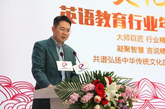 著名翻译家许渊冲获颁终身成就奖 英语教育年度盛会致敬经典
