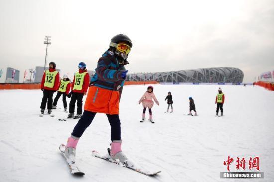 7部门:大力发展青少年足球运动 推动冰雪运动普及
