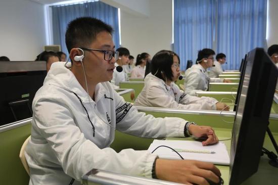 崇明民本中学学生在外语听说模拟教室进行专项练习。摄影:陆嘉辉