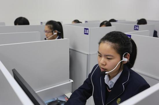 华东师大一附中在外语听说模拟教室进行英语口语教学。摄影:陆嘉辉