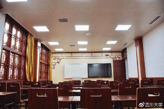 教室也相当古朴。