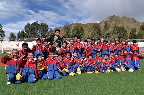 常小松和曾支教的西藏达孜县中心小学的学生们在一起。受访者供图