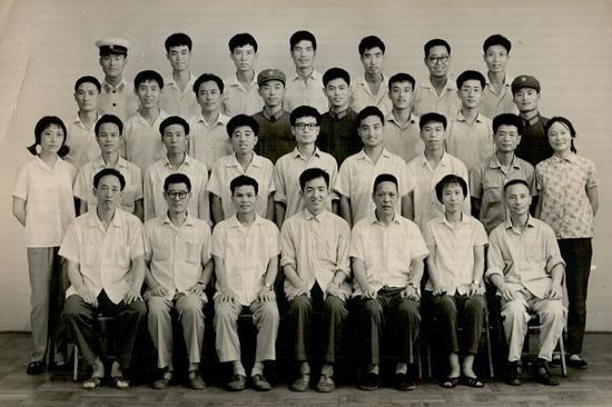 上海美术学校结业典礼合照 一排左一为曹有成; 三排右一崔益军、右二为李平、右六为孟光;四排右一为陈家泠