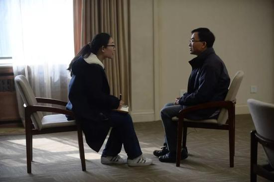"""香港""""护国歌校长""""陈卓禧:我不想做""""旁观人"""""""