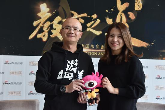 游美国际营地教育的创始人、CEO 李璟晖(左)