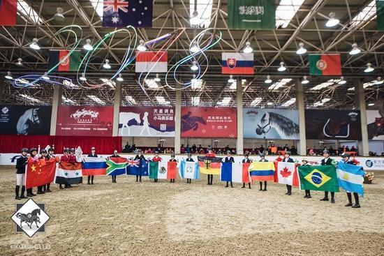 """全球13个国家和地区的马术明日之星上演了一场""""儿童马术奥运会"""""""