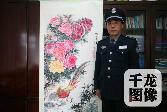 北京大学医学部的保安员魏忠超和他创作的花鸟画作品。通讯员 曹洪波摄 千龙网发
