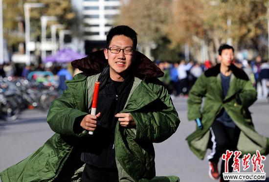 """12月3日,清华大学校园,学子们身披军大衣跑步,纪念""""一二・九""""运动。中国青年报・中青在线记者陈剑/摄"""