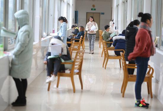 2017年12月22日,湖南衡阳,南华大学的同学们在图书馆的走廊里复习备考。视觉中国供图