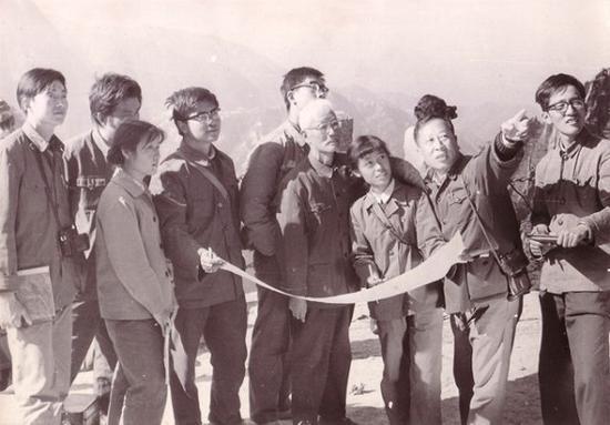 在黄山写生 ,右一为李平、右二为陆一飞、右六为周闻、右七为张淳