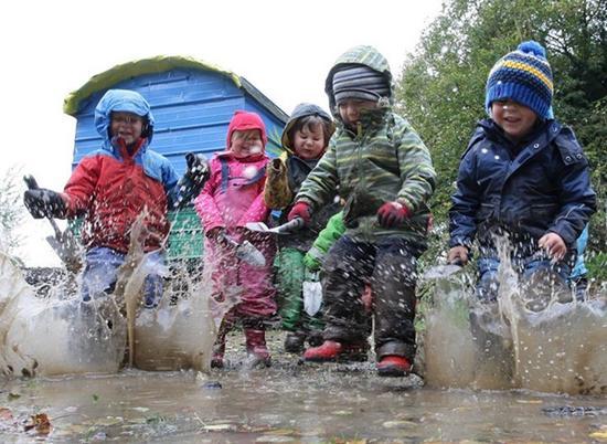 森林幼儿园的孩子一点不怕脏。