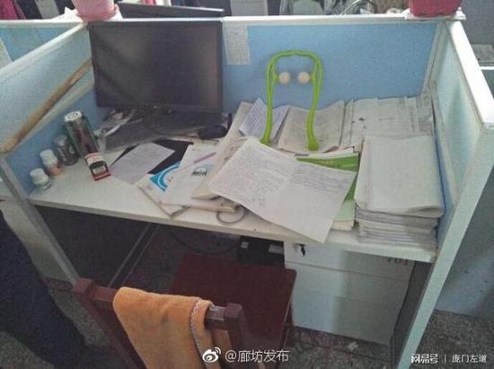 刘贺颖老师办公桌上摆着未完成的手写试卷。
