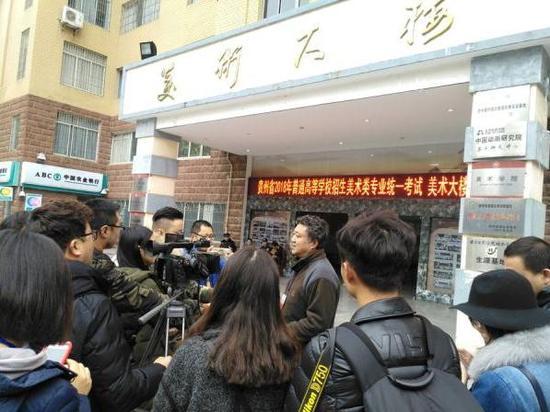 贵州师范大学考点负责人向记者介绍考点考试组织实施情况