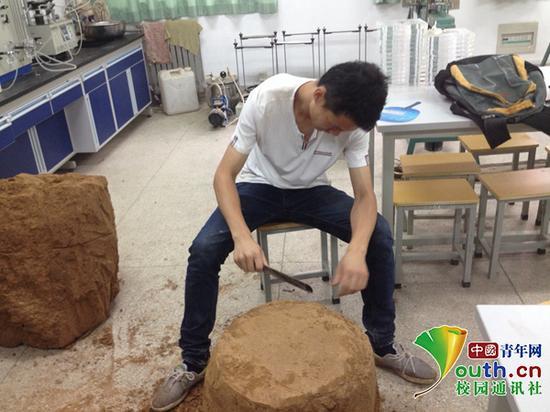 陈新在实验室做实验。
