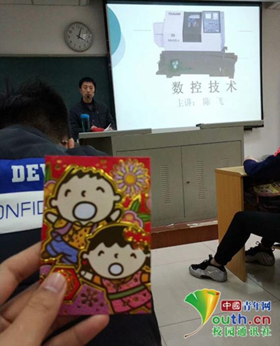 《数控技术》课上的陈飞老师 。中国青年网通讯员 郭政 图