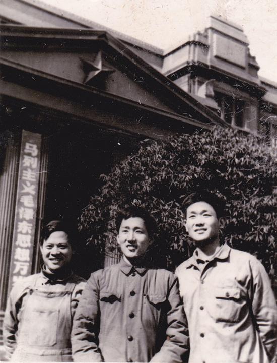 1977年高考录取后,工友送李平合影