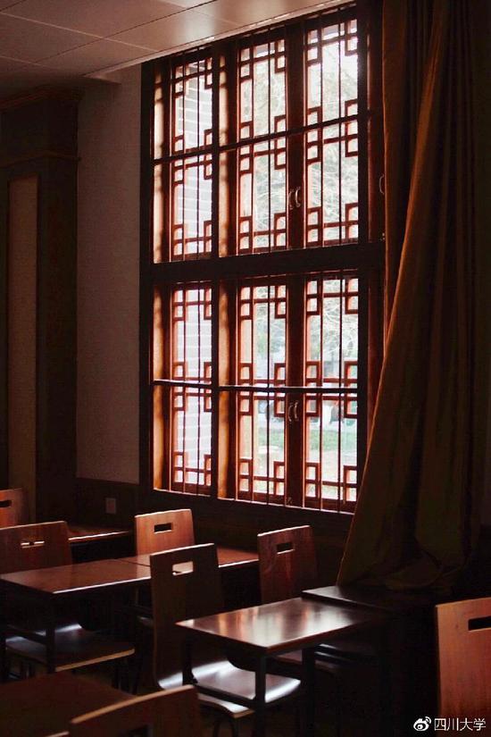 虽然装修设计古朴雅致,但是这栋教学楼也包含着现代科技。