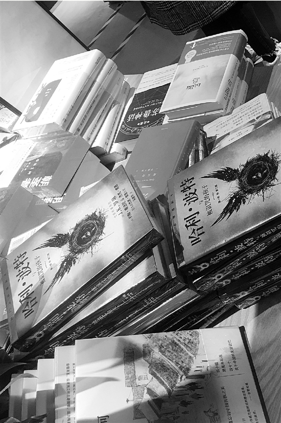 最受欢迎的《哈利·波特》被摆放在书店最显眼的位置。