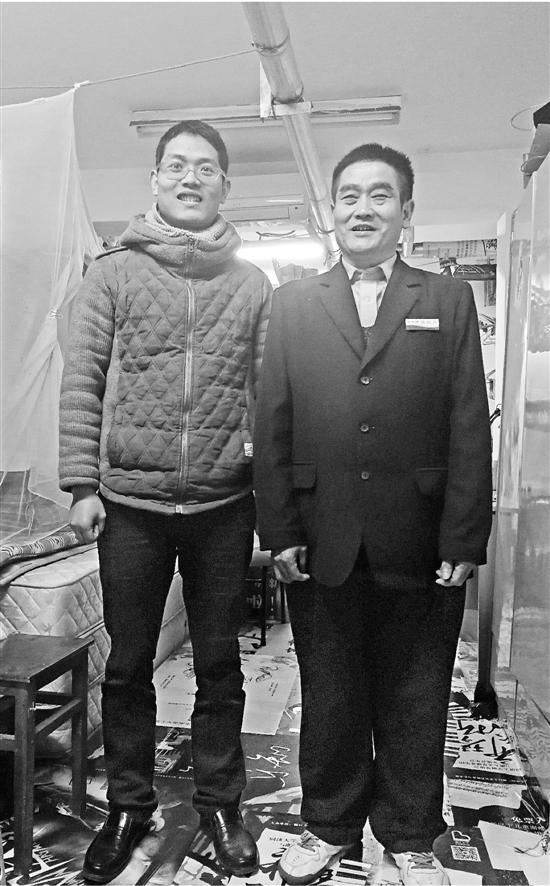 父子俩在熊大叔的车库宿舍。