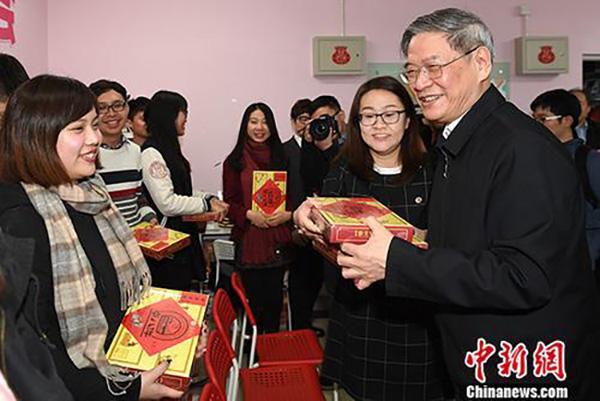 张志军走访中国人民大学台湾师生 询问回家机票买好了吗