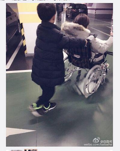 白百何受傷坐輪椅外出 兒子在其身後賣力推