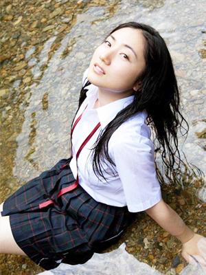 校服美少女小溪浸透黑色长裙