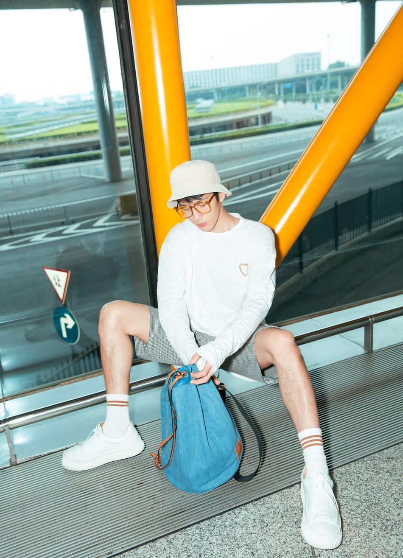 井柏然盐系清凉装扮亮相北京机场