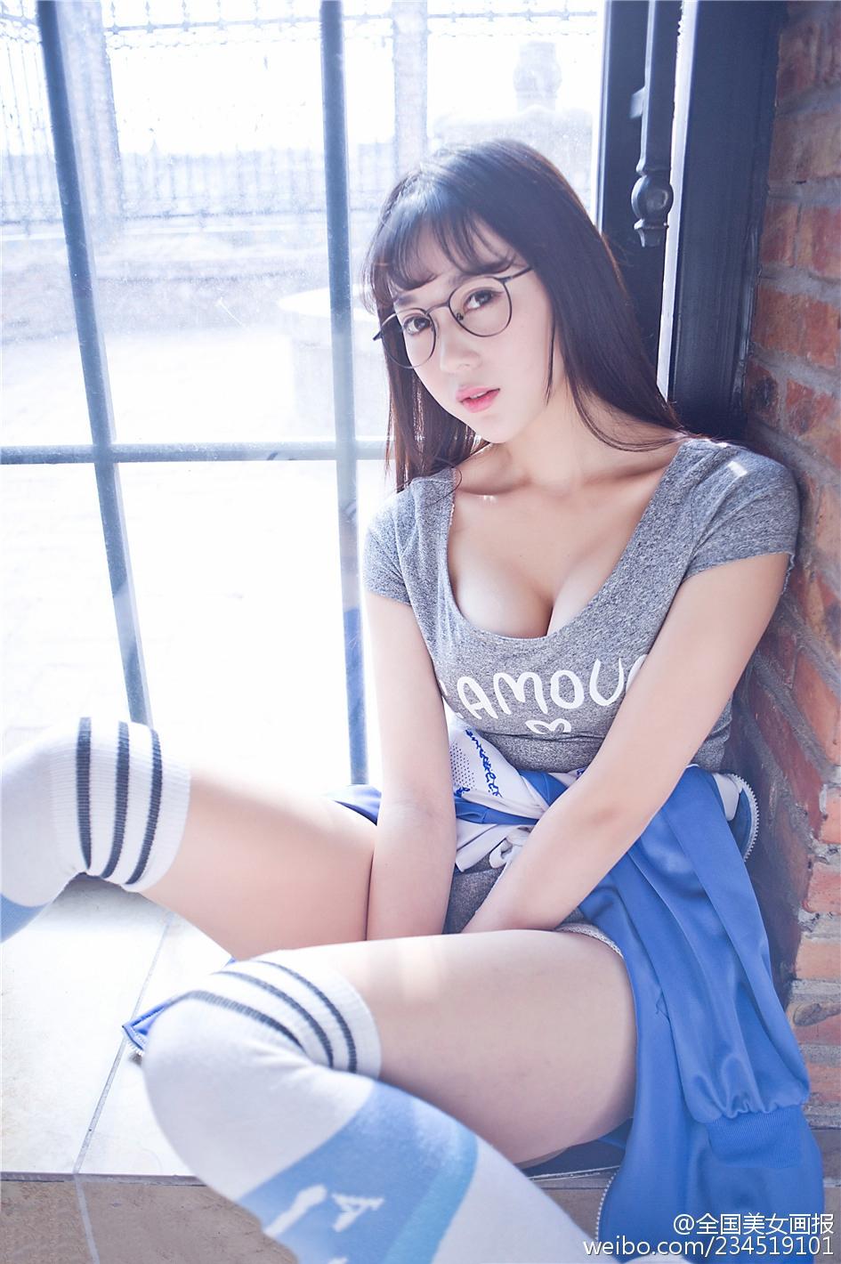 清纯阳光眼镜美少女 活泼可爱俏皮多姿