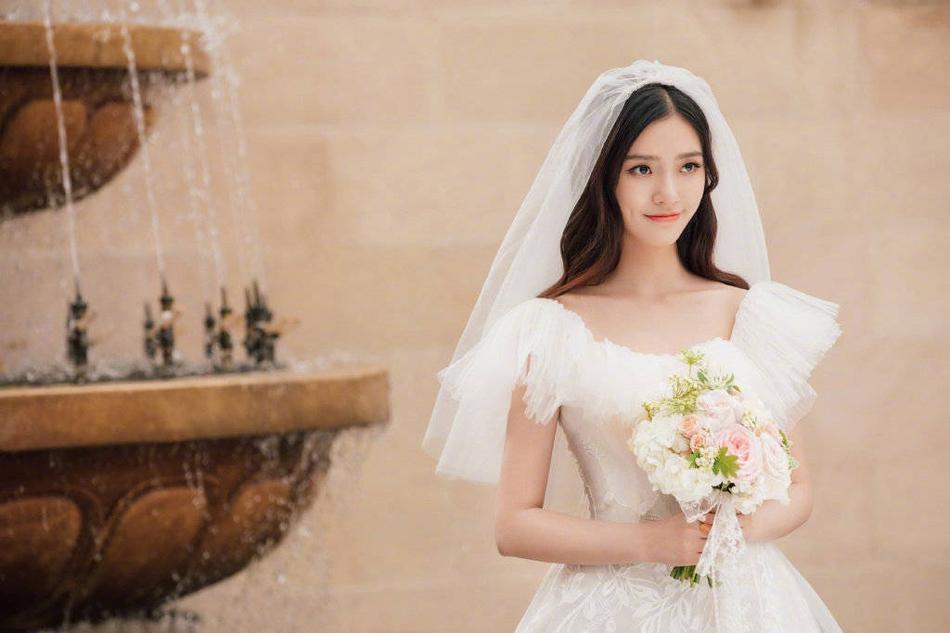 林允森系婚纱照曝光 手拿捧花温柔恬静似仙女