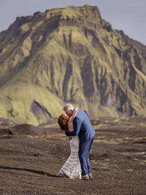 澳洲夫妇冰岛火山内部办婚礼