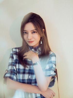 赵薇穿格纹衬衫裙文艺清新