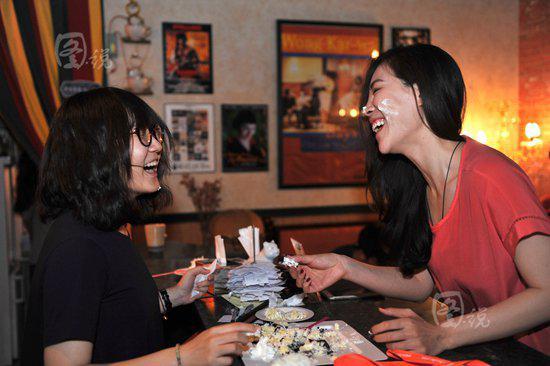 北京咖啡馆的闺蜜聚会。视觉中国供图
