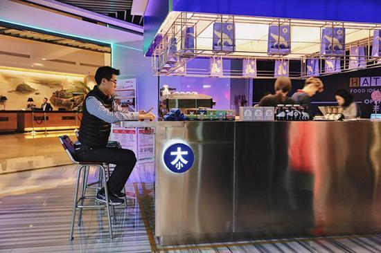 Henry在共享际@国贸的一层喝咖啡,偶尔也会去同样位于一楼的真格基金聊聊天