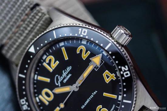 SeaQ潜水表更像是将沛纳海的大数字表盘装进了Sinn的表壳里,从里到外,都透露着实战军表的气息