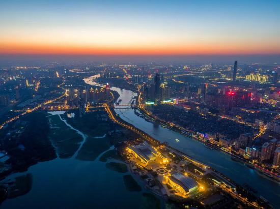 """武汉""""不夜港""""。图/视觉中国"""