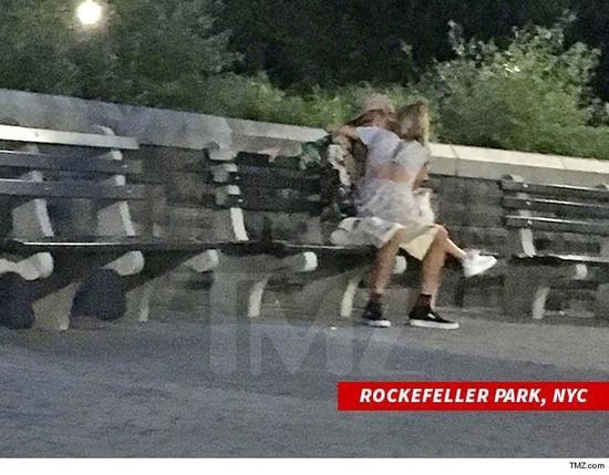 JustinBieber与Hailey Baldwin街头接吻