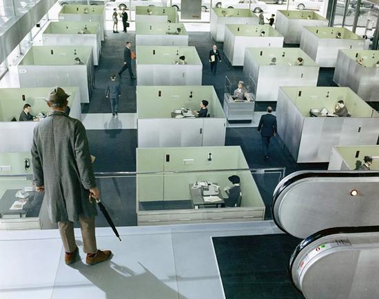 电影《玩乐时间》中的镜头,压抑封闭的办公空间曾被认为是限制创造力的原因