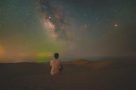 曾阳在腾格里沙漠。