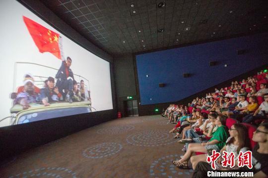 资料图:《战狼2》影片中冷锋(男主角)举着中国国旗安全通过交战区。 张云 摄