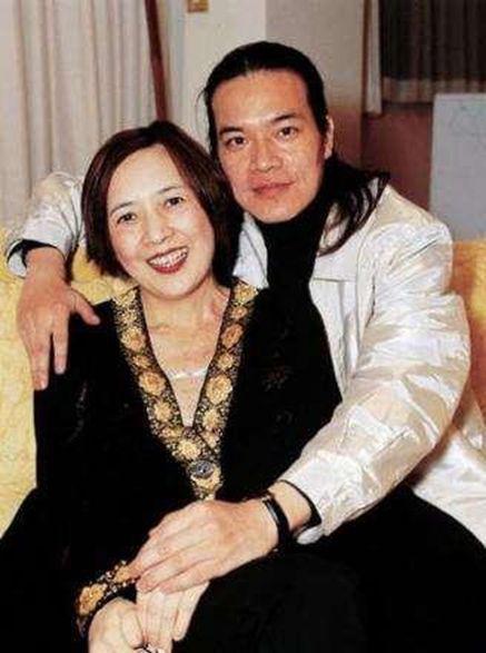 ▲洪朝豐是香港名DJ,比寶詠琴小6歲。