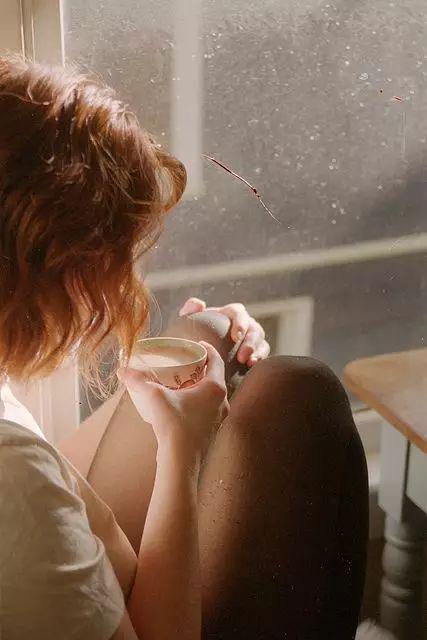 女生为你吃醋有哪些表现 这些行为证明她在乎你