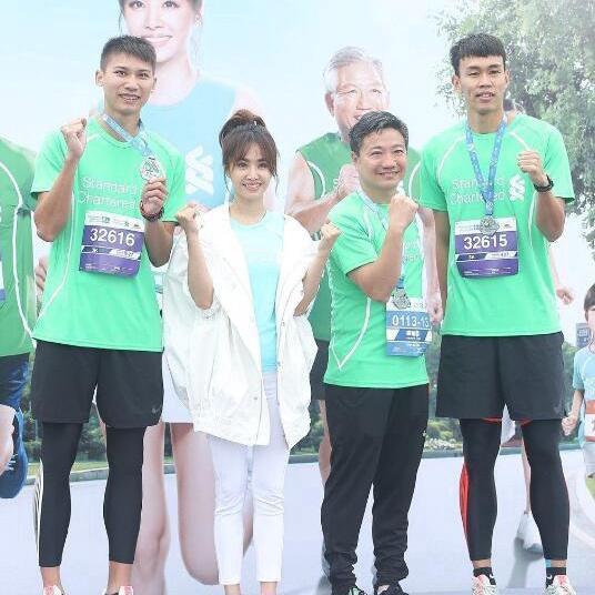 蔡依林与马拉松选手合影