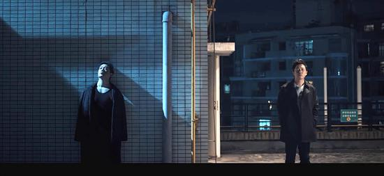《白夜追凶》里,潘粤明一人分饰两角。