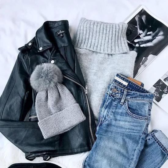 不容易皱、材质软的衣服,大衣、毛衣、T恤、牛仔裤都可以卷起来收纳。▼