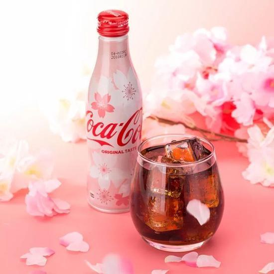 可口可乐去年也有出过樱花限定的包装,梦幻的粉色,总是让人很心动的!
