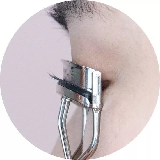 眼头和眼尾,没有夹到的地方,则换成更小巧的局部睫毛夹。