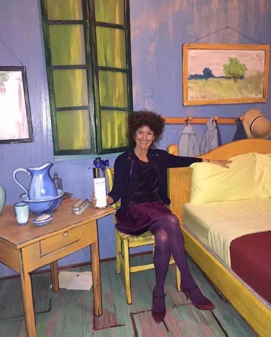 """芝加哥艺术博物馆策展人Gloria Groom女士在""""梵高卧室"""""""