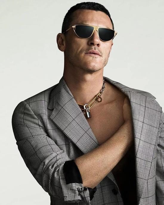 Luke Evans为VERSACE当模特,时尚道路一帆风顺!