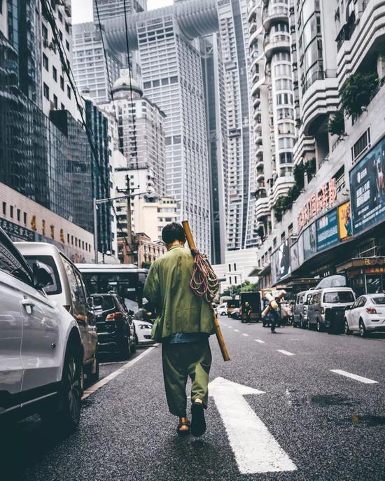 生活累啊,吃辣爽啊!图为穿军绿色的棒棒在重庆朝天门。摄影/逍遥Francis