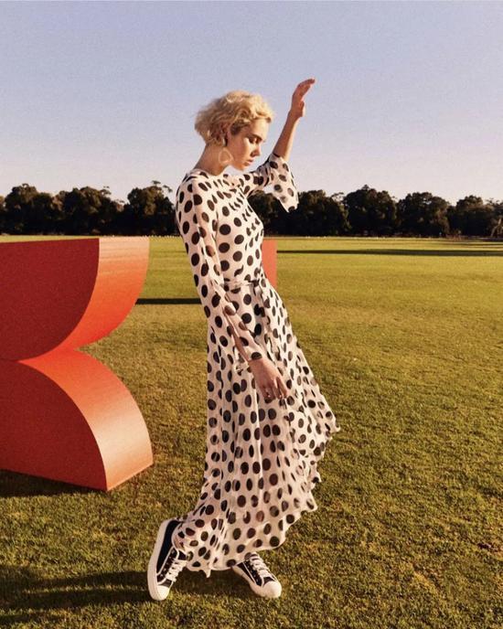 同款花色还有连衣裙的款式,更好地展示出复古的法式Style!